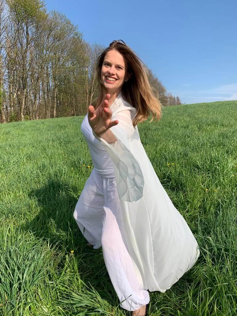 """Retreat-Auszeit-Wochenende in Eifel Gemünd   Chakren Tanzworkshop und Tanz-Coaching   Embodiment-Übingen mit Friederike Hofmann und mit Natur-Coaching mit Nadja   """"Tanzen mit Friede"""""""